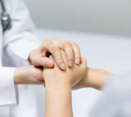 Médico Reumatologista Em Santo André Segurando a Mão do Paciente